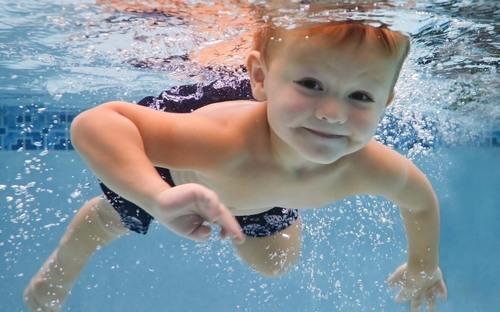 小孩子学游泳好处